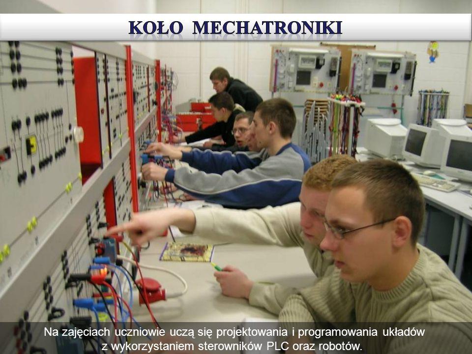KOŁO MECHATRONIKI Na zajęciach uczniowie uczą się projektowania i programowania układów z wykorzystaniem sterowników PLC oraz robotów.˛