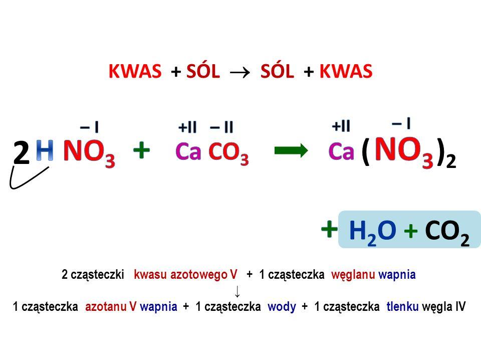 2 cząsteczki kwasu azotowego V + 1 cząsteczka węglanu wapnia