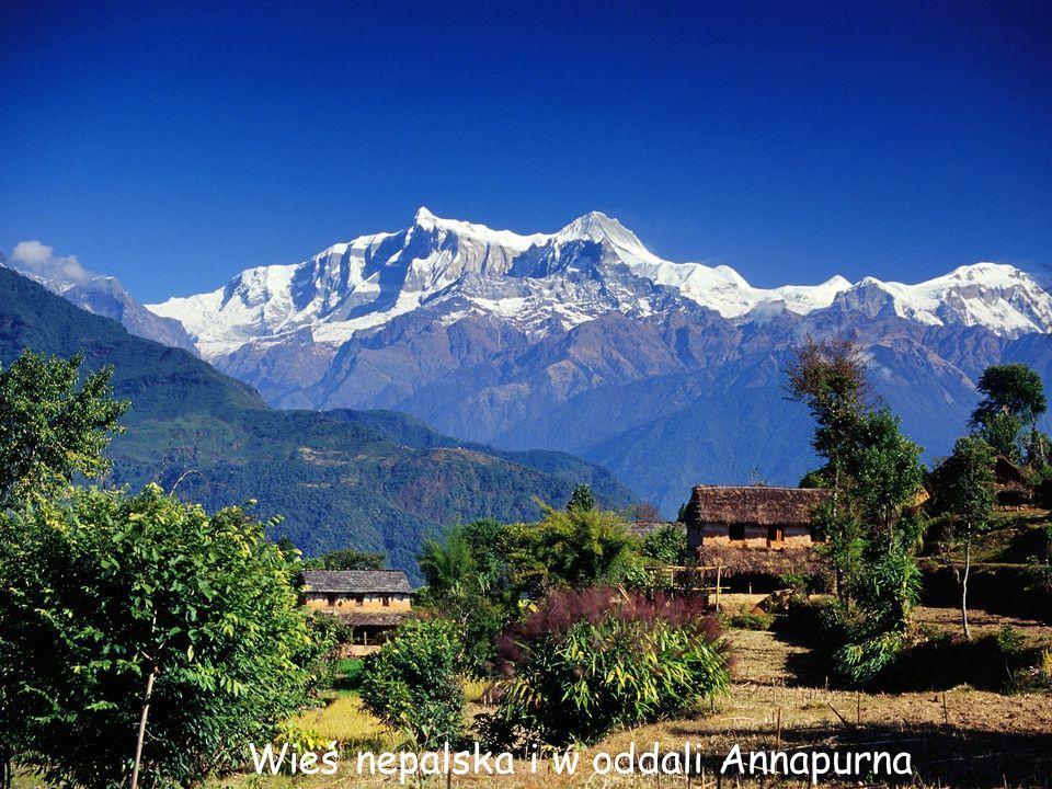 Wieś nepalska i w oddali Annapurna