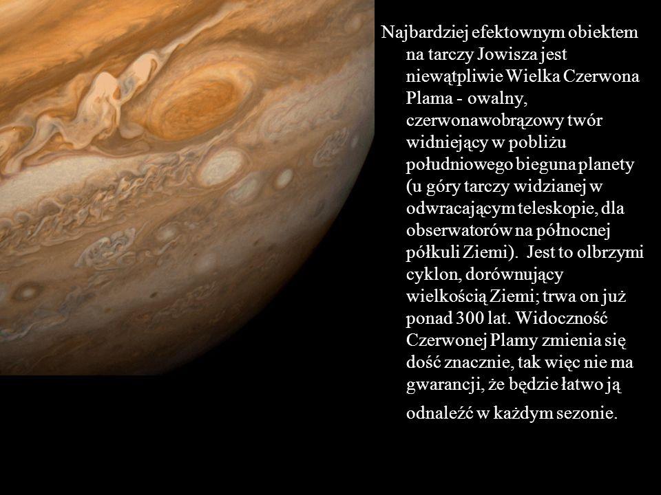 Najbardziej efektownym obiektem na tarczy Jowisza jest niewątpliwie Wielka Czerwona Plama - owalny, czerwonawobrązowy twór widniejący w pobliżu południowego bieguna planety (u góry tarczy widzianej w odwracającym teleskopie, dla obserwatorów na północnej półkuli Ziemi).