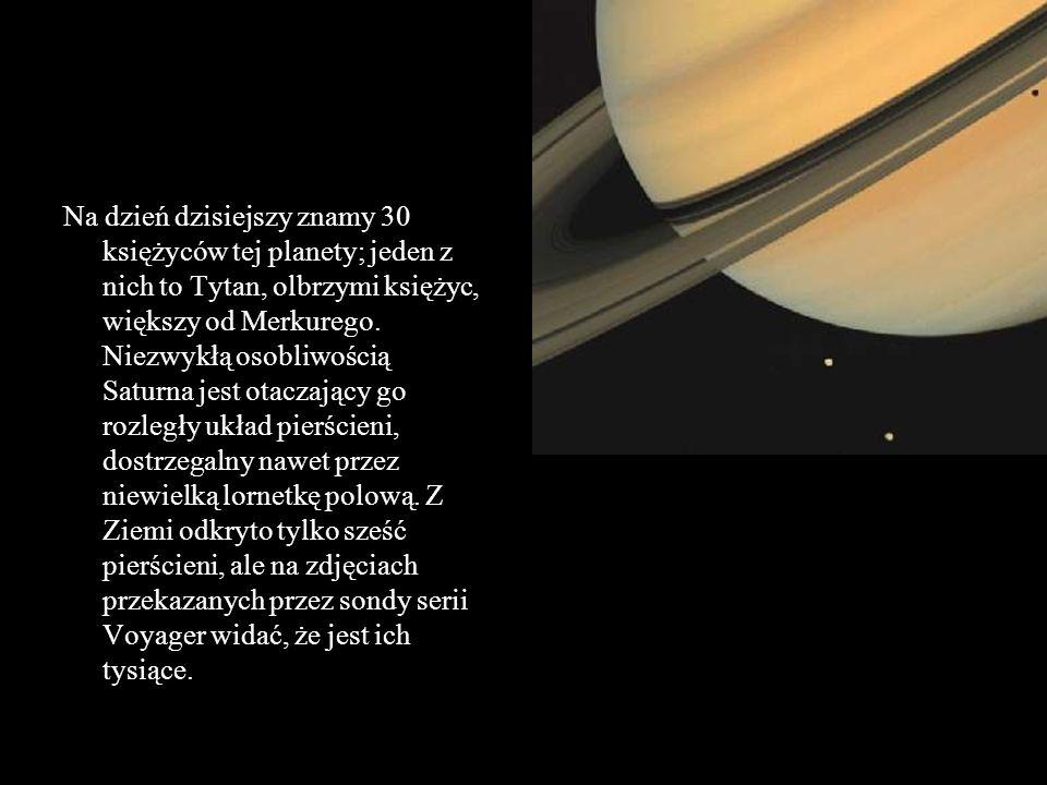 Na dzień dzisiejszy znamy 30 księżyców tej planety; jeden z nich to Tytan, olbrzymi księżyc, większy od Merkurego.