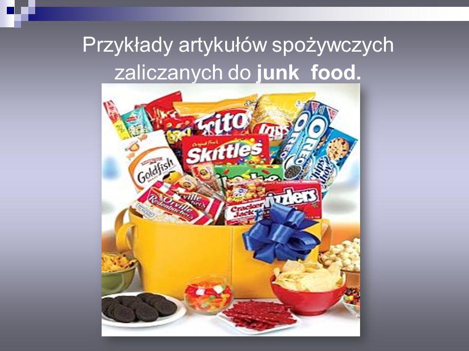 Przykłady artykułów spożywczych zaliczanych do junk food.