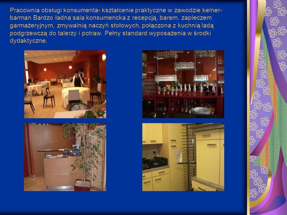 Pracownia obsługi konsumenta- kształcenie praktyczne w zawodzie kelner- barman Bardzo ładna sala konsumencka z recepcją, barem, zapleczem garmażeryjnym, zmywalnią naczyń stołowych, połączona z kuchnią ladą podgrzewczą do talerzy i potraw.