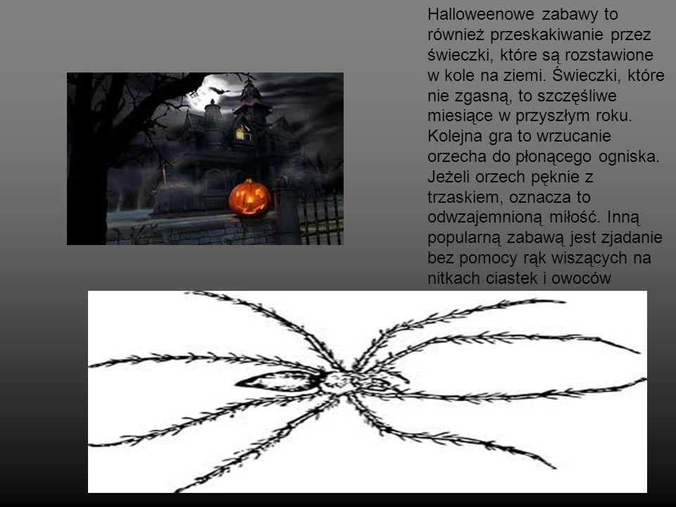 Halloweenowe zabawy to również przeskakiwanie przez świeczki, które są rozstawione w kole na ziemi.
