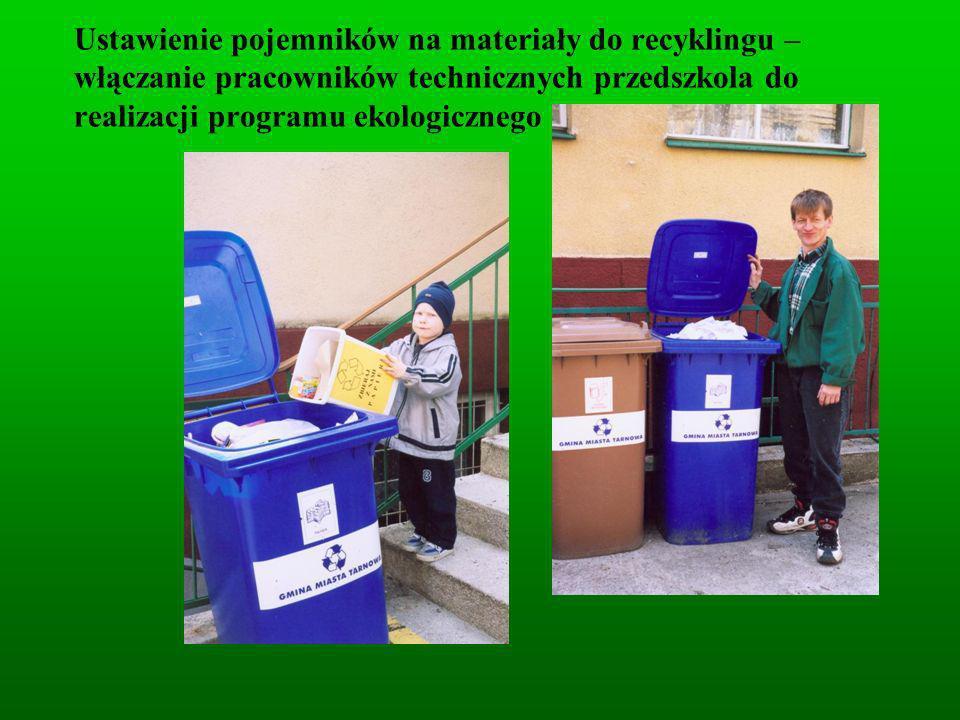 Ustawienie pojemników na materiały do recyklingu – włączanie pracowników technicznych przedszkola do realizacji programu ekologicznego
