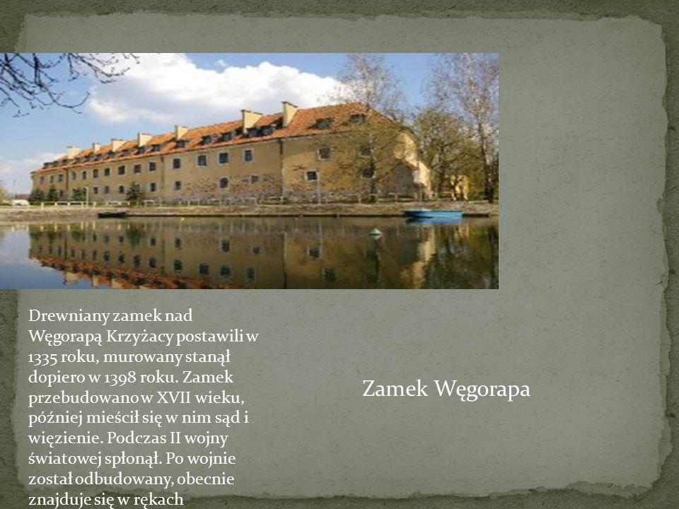 Drewniany zamek nad Węgorapą Krzyżacy postawili w 1335 roku, murowany stanął dopiero w 1398 roku. Zamek przebudowano w XVII wieku, później mieścił się w nim sąd i więzienie. Podczas II wojny światowej spłonął. Po wojnie został odbudowany, obecnie znajduje się w rękach prywatnego inwestora.