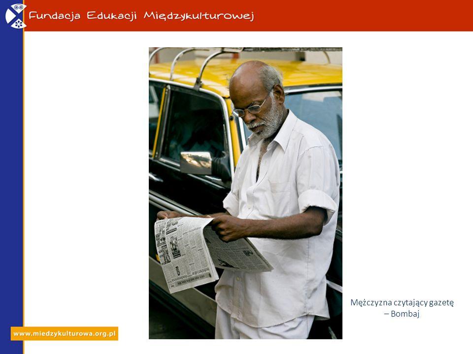 Mężczyzna czytający gazetę – Bombaj