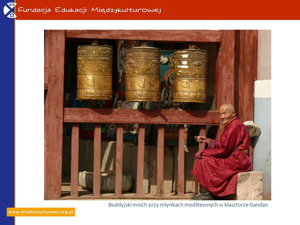 Buddyjski mnich przy młynkach modlitewnych w klasztorze Gandan