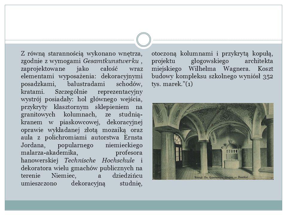 Z równą starannością wykonano wnętrza, zgodnie z wymogami Gesamtkunstwerku , zaprojektowane jako całość wraz elementami wyposażenia: dekoracyjnymi posadzkami, balustradami schodów, kratami.