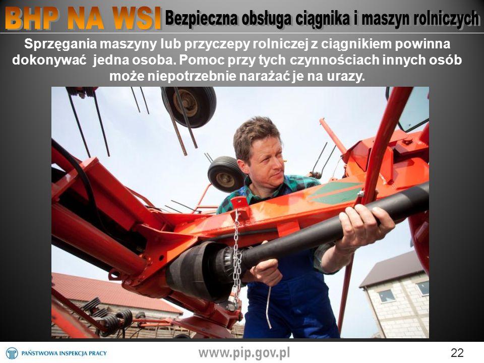Sprzęgania maszyny lub przyczepy rolniczej z ciągnikiem powinna dokonywać jedna osoba.