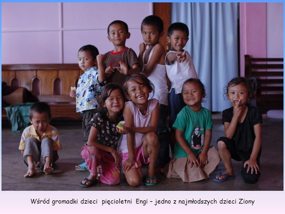 Wśród gromadki dzieci pięcioletni Engi – jedno z najmłodszych dzieci Ziony