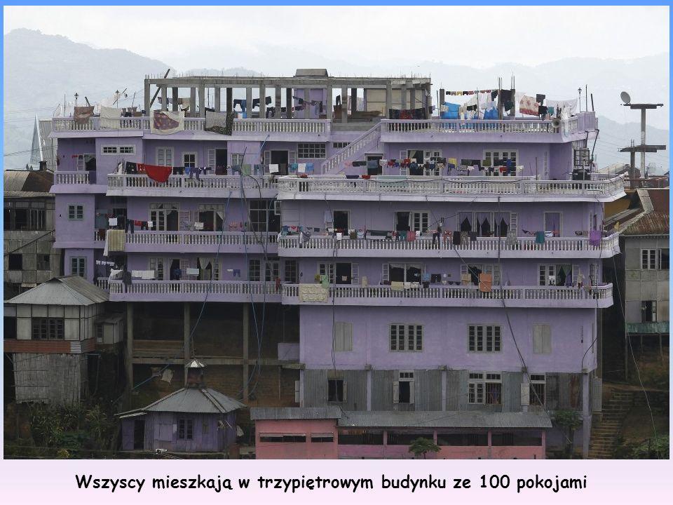 Wszyscy mieszkają w trzypiętrowym budynku ze 100 pokojami