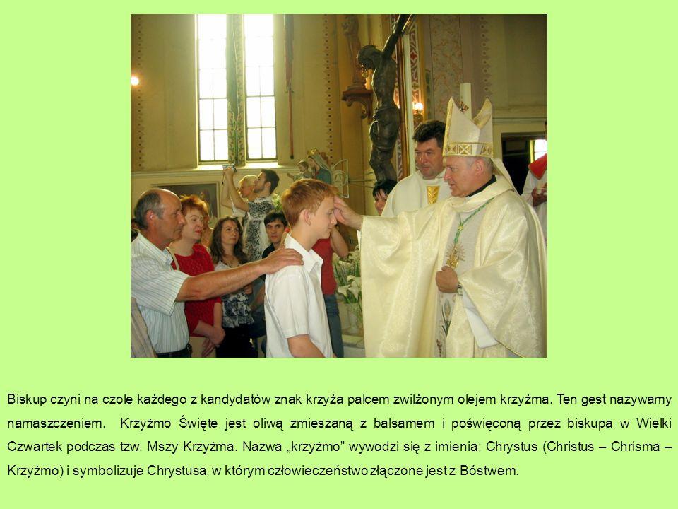 Biskup czyni na czole każdego z kandydatów znak krzyża palcem zwilżonym olejem krzyżma.