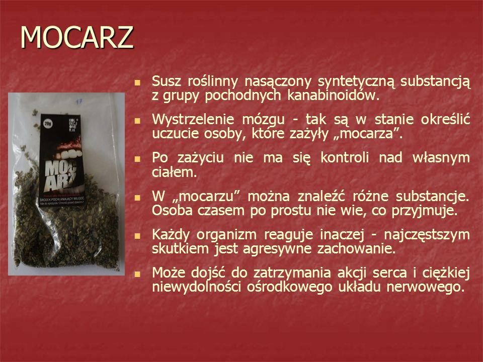 MOCARZ Susz roślinny nasączony syntetyczną substancją z grupy pochodnych kanabinoidów.
