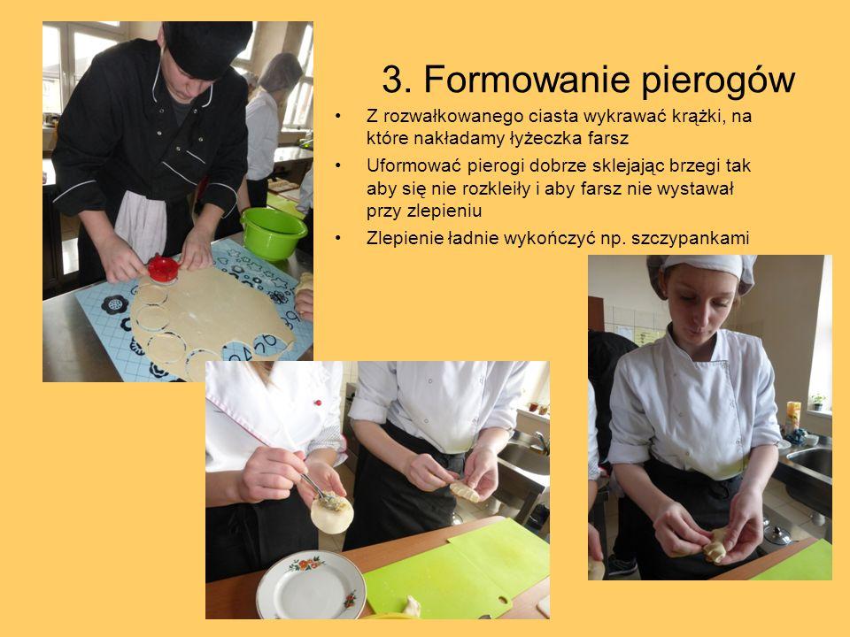 3. Formowanie pierogów Z rozwałkowanego ciasta wykrawać krążki, na które nakładamy łyżeczka farsz.