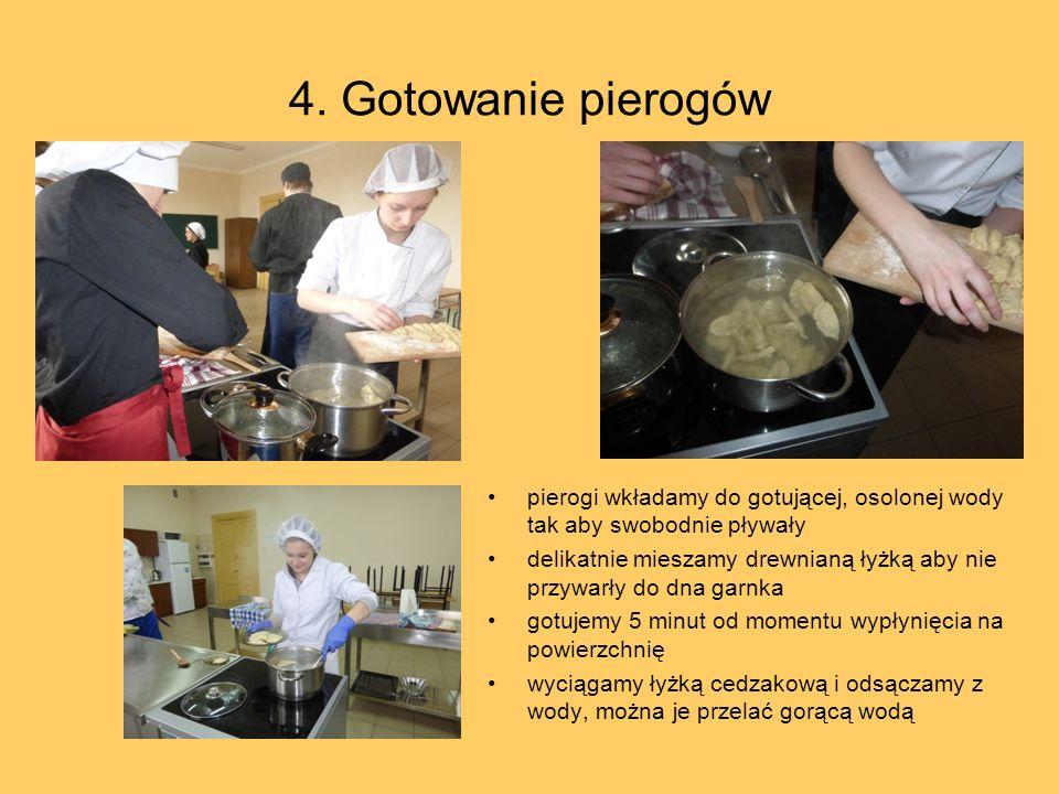 4. Gotowanie pierogów pierogi wkładamy do gotującej, osolonej wody tak aby swobodnie pływały.