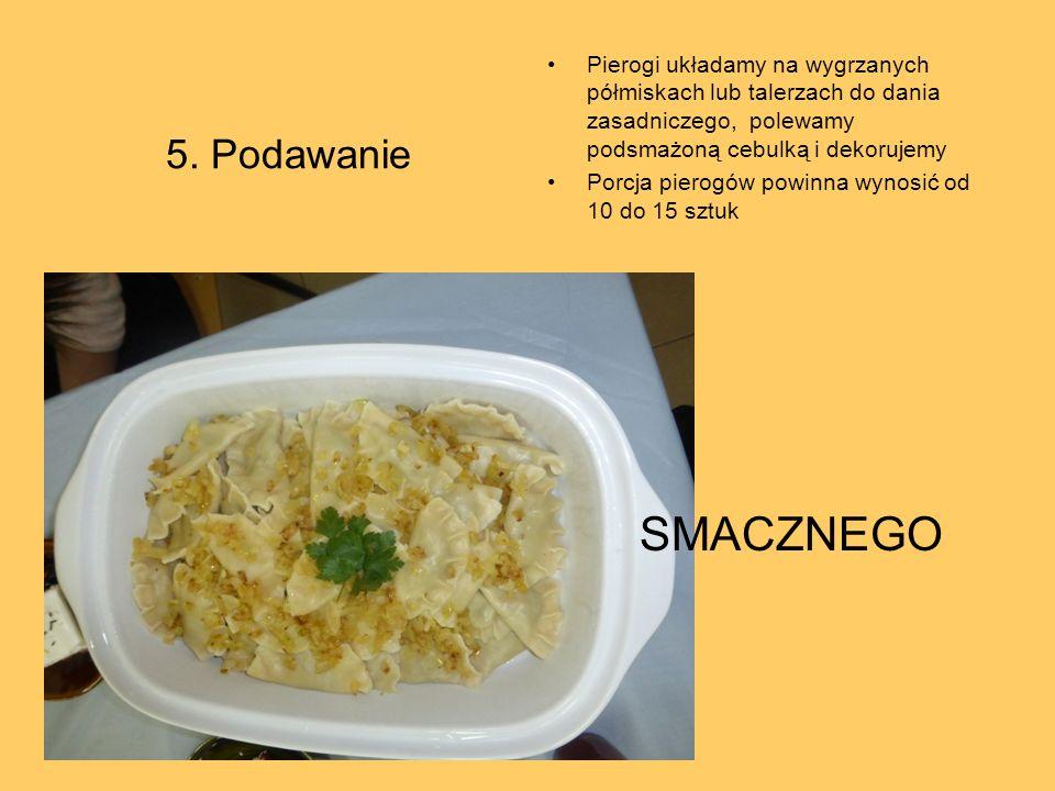 5. Podawanie Pierogi układamy na wygrzanych półmiskach lub talerzach do dania zasadniczego, polewamy podsmażoną cebulką i dekorujemy.