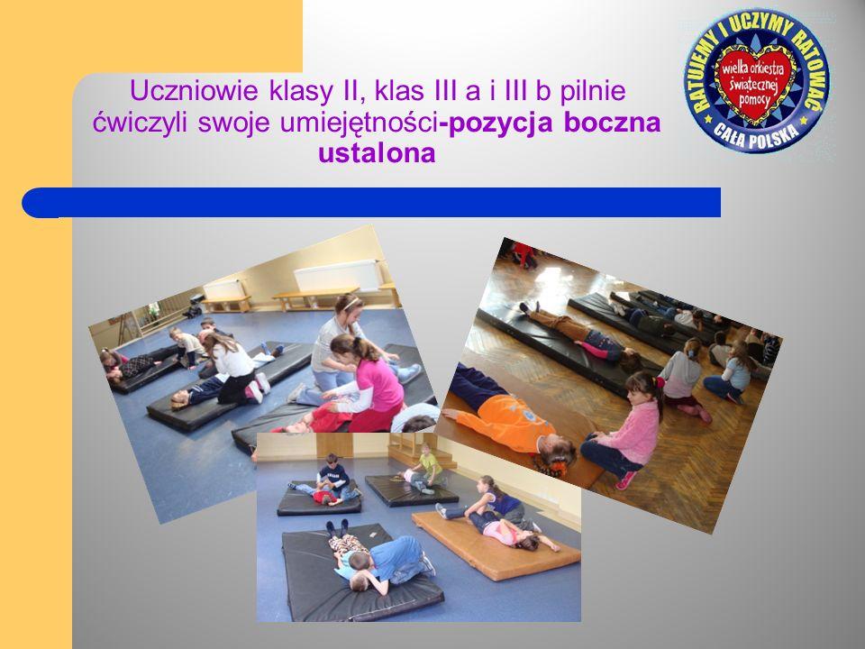 Uczniowie klasy II, klas III a i III b pilnie ćwiczyli swoje umiejętności-pozycja boczna ustalona