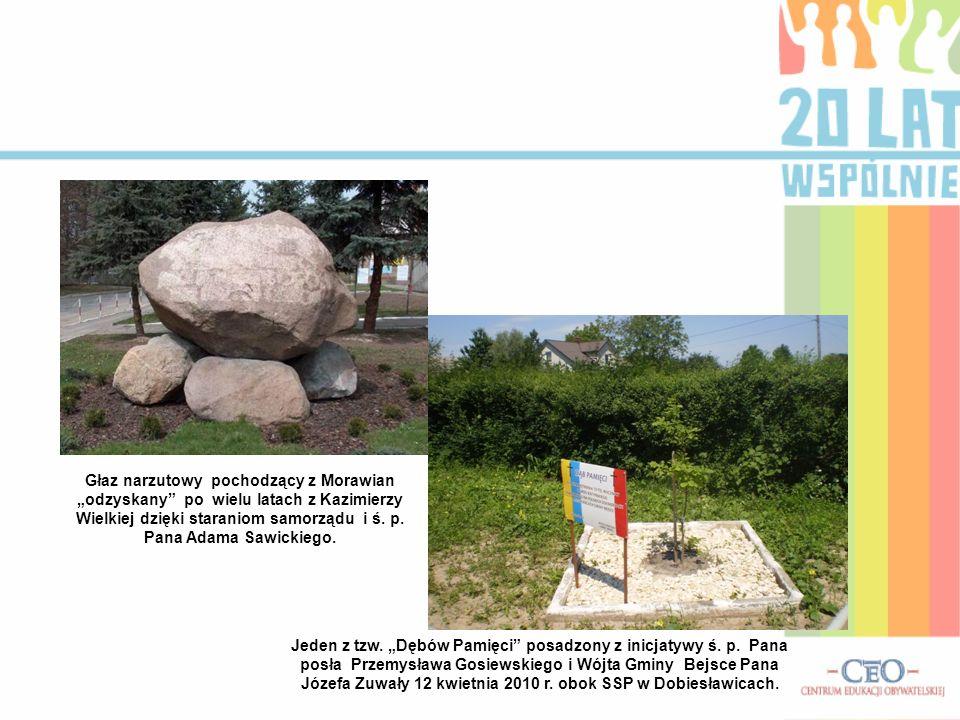 """Głaz narzutowy pochodzący z Morawian """"odzyskany po wielu latach z Kazimierzy Wielkiej dzięki staraniom samorządu i ś. p. Pana Adama Sawickiego."""