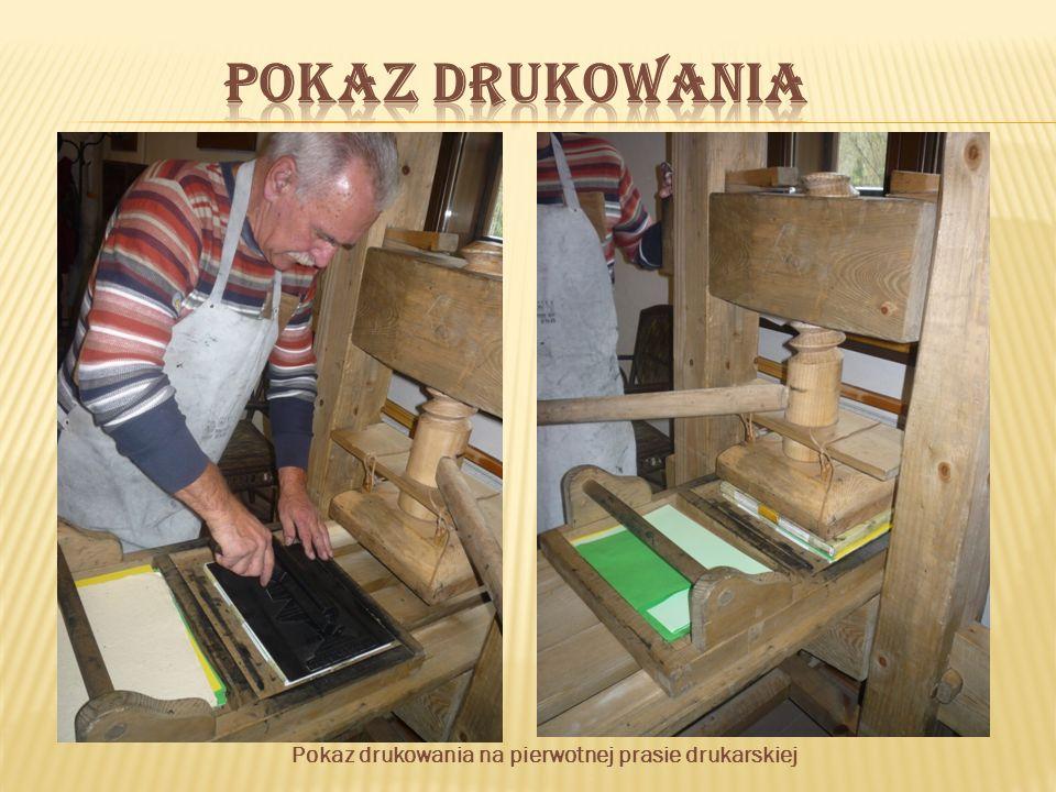 Pokaz drukowania na pierwotnej prasie drukarskiej