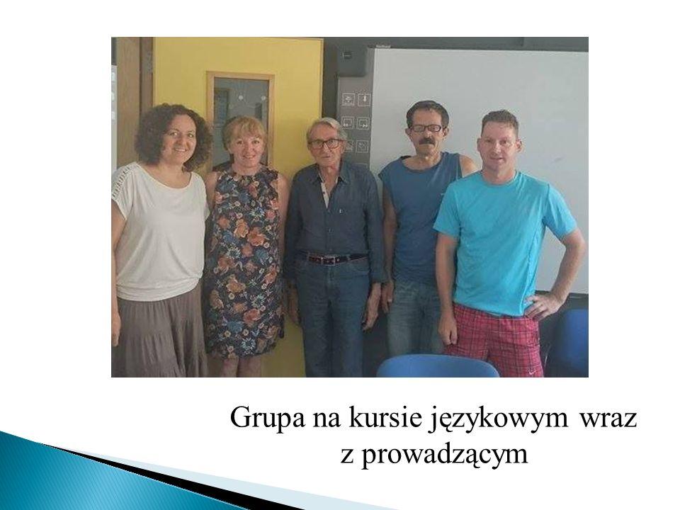 Grupa na kursie językowym wraz z prowadzącym