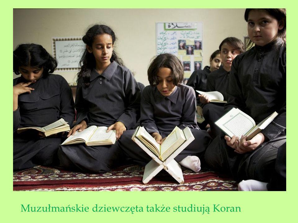 Muzułmańskie dziewczęta także studiują Koran