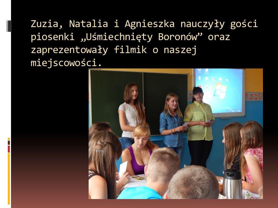 """Zuzia, Natalia i Agnieszka nauczyły gości piosenki """"Uśmiechnięty Boronów oraz zaprezentowały filmik o naszej miejscowości."""