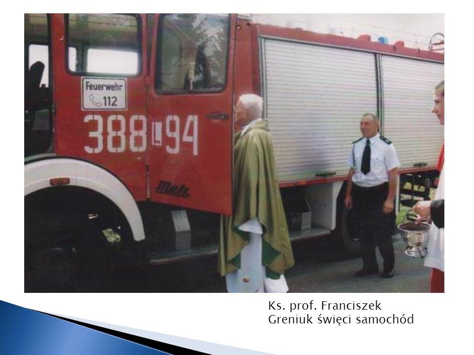 Ks. prof. Franciszek Greniuk święci samochód