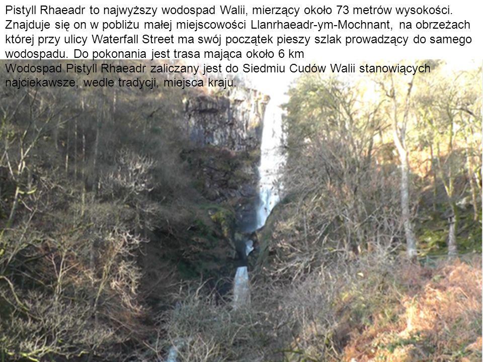 Pistyll Rhaeadr to najwyższy wodospad Walii, mierzący około 73 metrów wysokości.
