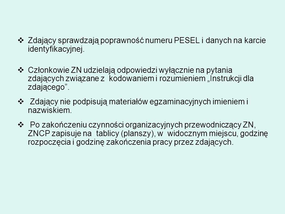Zdający sprawdzają poprawność numeru PESEL i danych na karcie identyfikacyjnej.