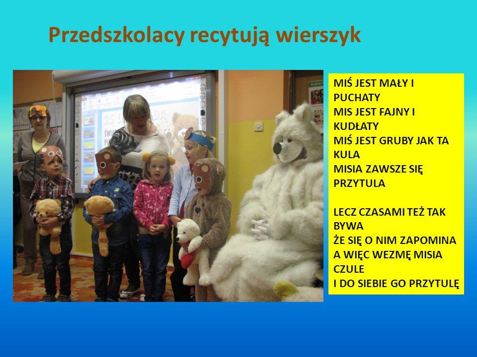 Przedszkolacy recytują wierszyk
