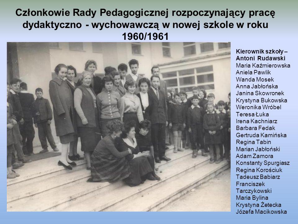 Członkowie Rady Pedagogicznej rozpoczynający pracę dydaktyczno - wychowawczą w nowej szkole w roku 1960/1961