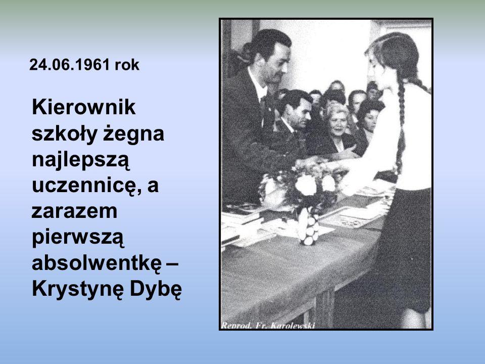 24.06.1961 rok Kierownik szkoły żegna najlepszą uczennicę, a zarazem pierwszą absolwentkę – Krystynę Dybę.