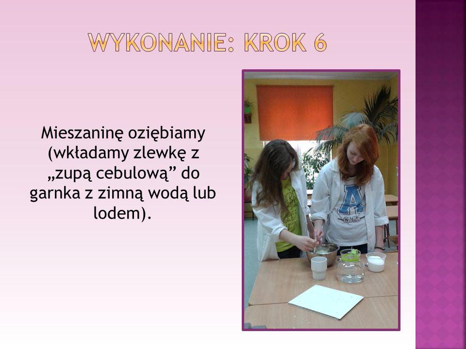 """Wykonanie: krok 6 Mieszaninę oziębiamy (wkładamy zlewkę z """"zupą cebulową do garnka z zimną wodą lub lodem)."""