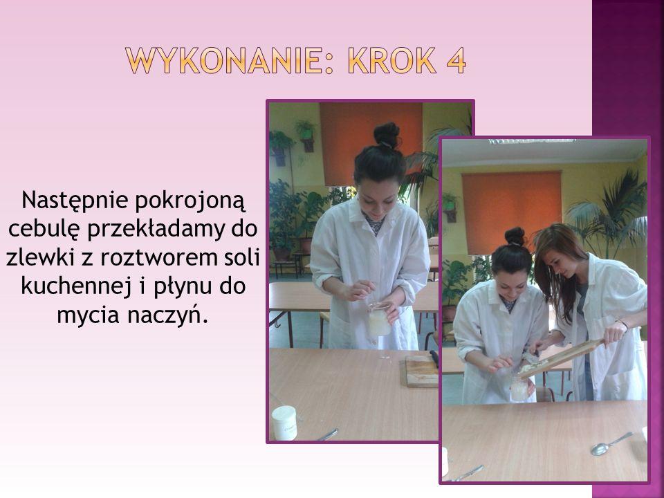 Wykonanie: krok 4 Następnie pokrojoną cebulę przekładamy do zlewki z roztworem soli kuchennej i płynu do mycia naczyń.